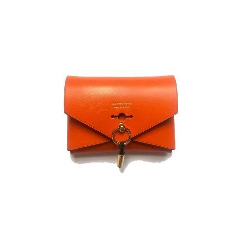 Mini Sac enveloppe orange avant - Scène Discrète