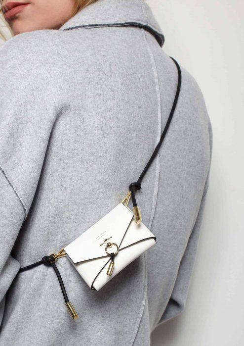 Mini sac à main ENVELOPPE blanc porté - Scène Discrète