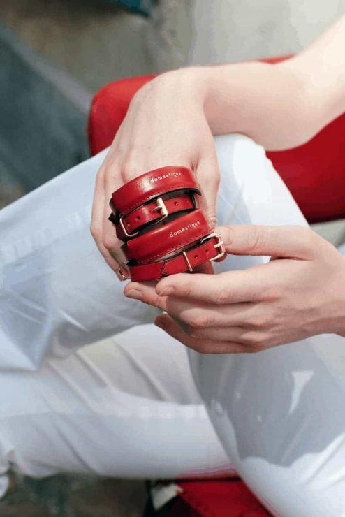 Bracelet en cuir rouge - Scène Discrète